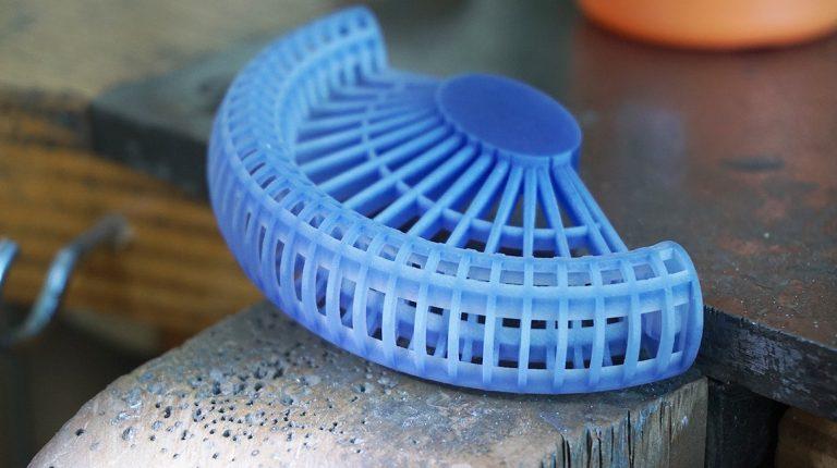 3D Druck eines filigranen Armreifs in Kunststoff. Dieser HD Acrylat Kunststoff ist problemlos zu gießen.